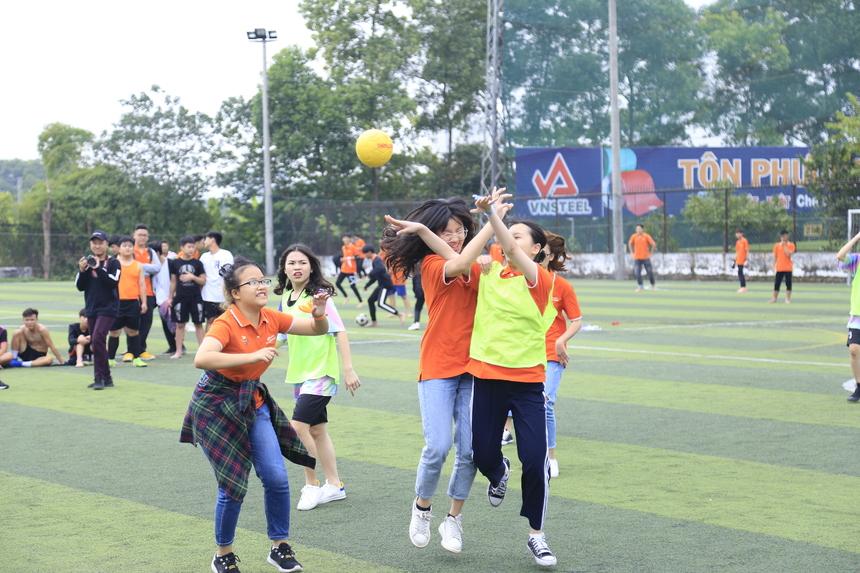 Tiếp nối ngay sau giải bóng đá là các hạng mục thi đấu bóng sọt nữ, nhảy bao bố và đua thuyền trên cạn.