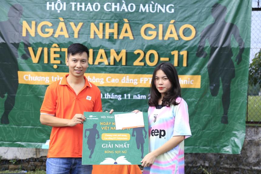 Anh Bùi Quang Hùng trao giải nhất môn Bóng sọt nữ cho đại diện khối sáng.