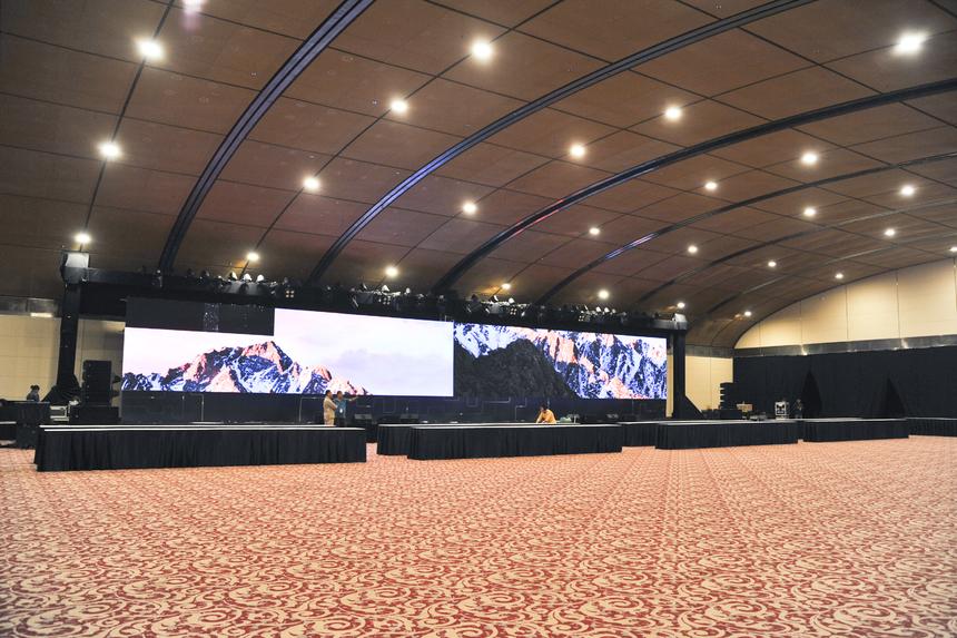 Tại khu vực phòng khánh tiết, sân khấu khai mạc TechDay đang trong quá trình dựng và dần hoàn thiện. Sân khấu năm nay có sự góp ý về ý tưởng từ đạo diễn nổi tiếng Việt Tú.