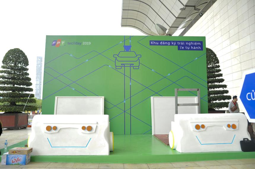 Khu vực đăng ký trải nghiệm xe tự hành đang dần hoàn thiện để bắt đầu đón khách từ 8 giờ sáng ngày 21/11.