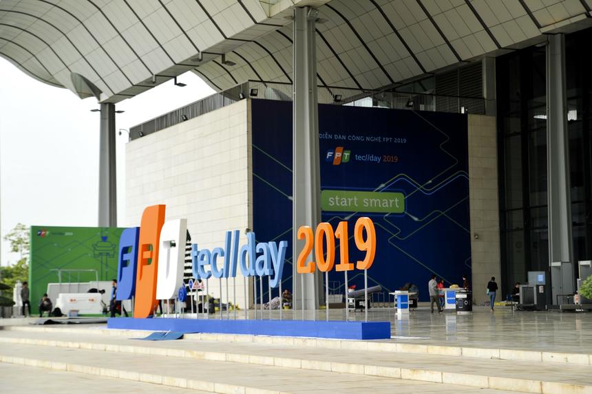 Hình ảnh, logo của FPT TechDay 2019 xuất hiện dày đặc phía bên ngoài sảnh Trung tâm Hội nghị Quốc gia.