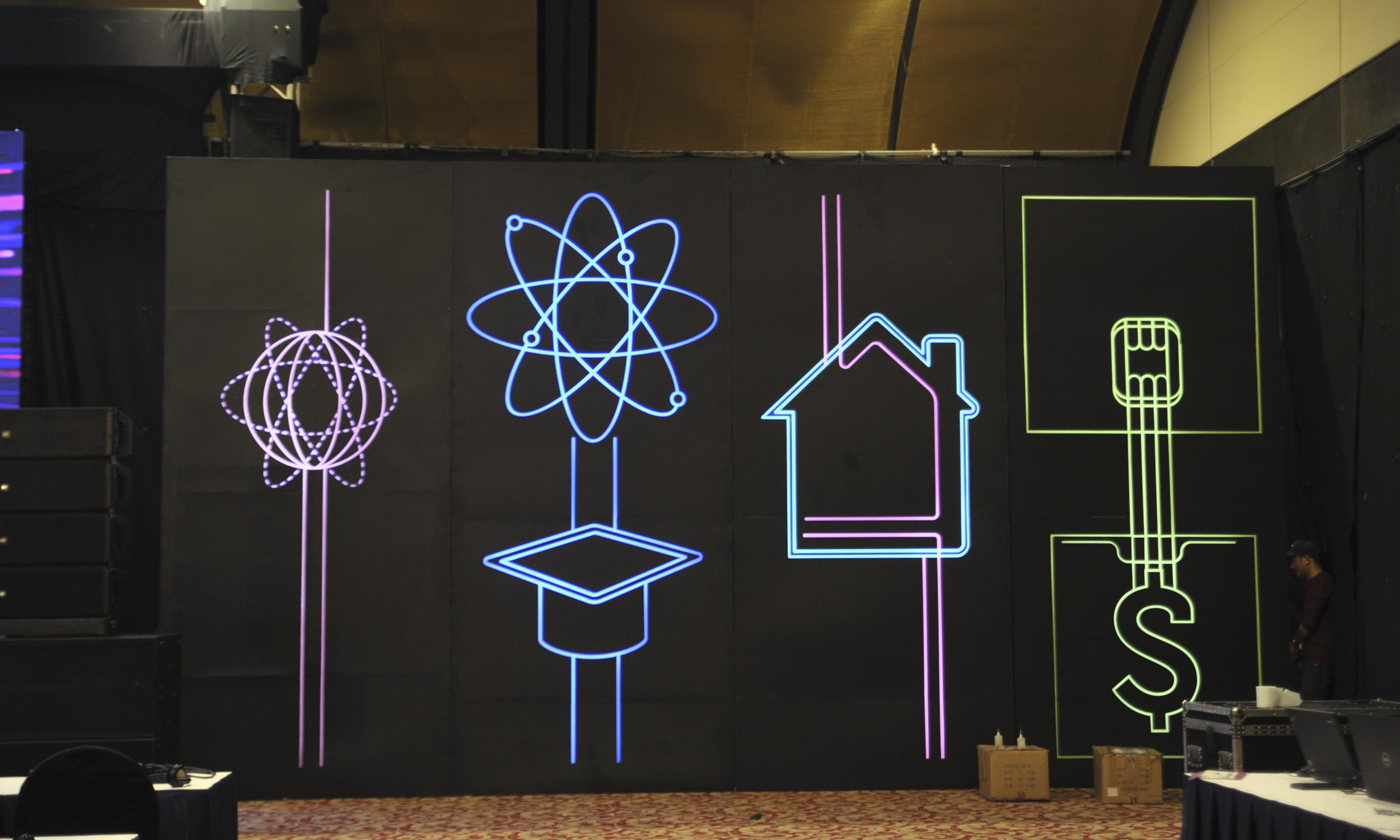 """Phía 2 bên sân khấu là các biểu tượng cho """"Start Smart"""" trong nhiều lĩnh vực như """"Y tế thông minh"""", """"Giáo dục thông minh"""", """"Nhà máy thông minh""""..."""