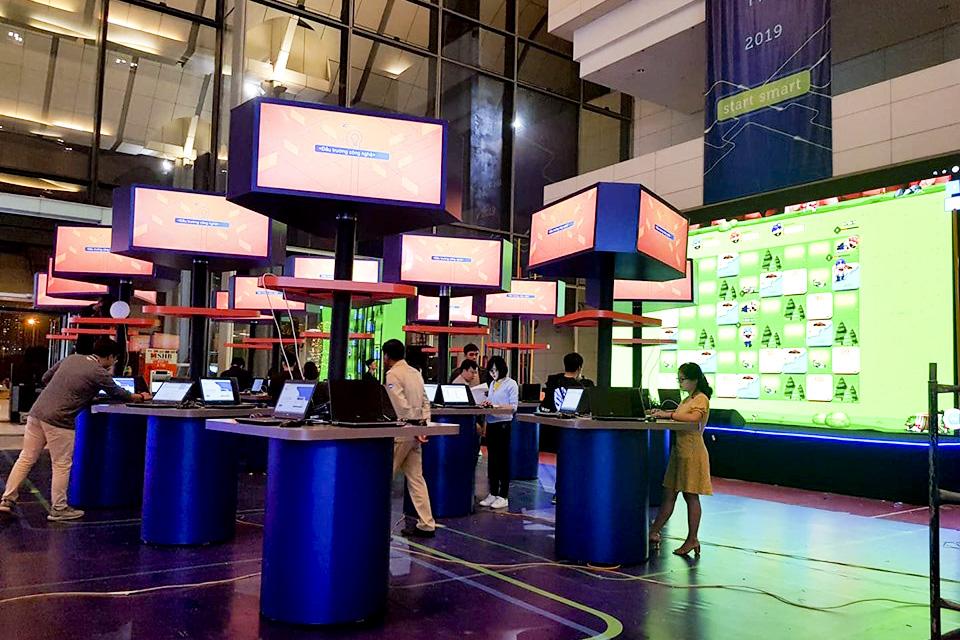 """Không chỉ sân khấu, khu vực """"Đấu trường Công nghệ"""" đã hoàn thiện với thiết kế ấn tượng, hứa hẹn sẽ là """"điểm nóng"""" của TechDay 2019."""