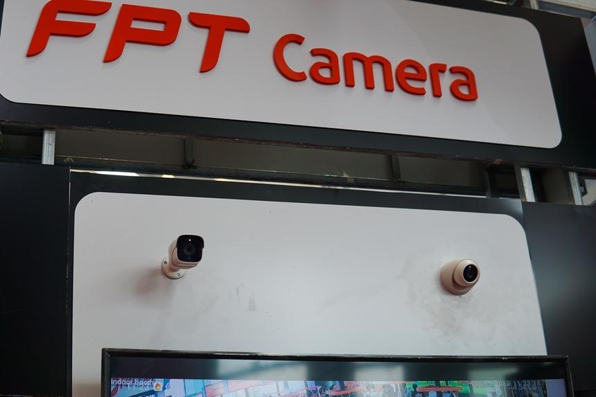 Camera giám sát Trong sự kiện lần này, đơn vị chuyên sản xuất camera giám sát của FPT cũng giới thiệu bộ đôi sản phẩm có mức giá chưa đến 2 triệu đồng, được thiết kế cho nhu cầu quan sát cả trong nhà và ngoài trời.