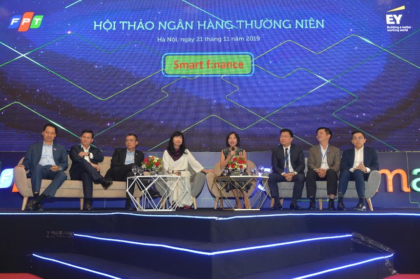 Phiên Khởi động thông minh trong số hóa ngân hàng, các diễn giả đã trình bày rõ xu hướng số hóa và biện pháp bảo mật khi Ngân hàng chuyển sang một hình thức quản trị mới. Song hành cùng lúc, ngoài sảnh chính, FPT ký Biên bản ghi nhớ hợp tác với một trong những doanh nghiệp có thị phần thiết bị điện lớn nhất Việt Nam - Rạng Đông, đồng thời trao tặng xe tự hành cho đại diện các trường công nghệ, phục vụ công tác nghiên cứu