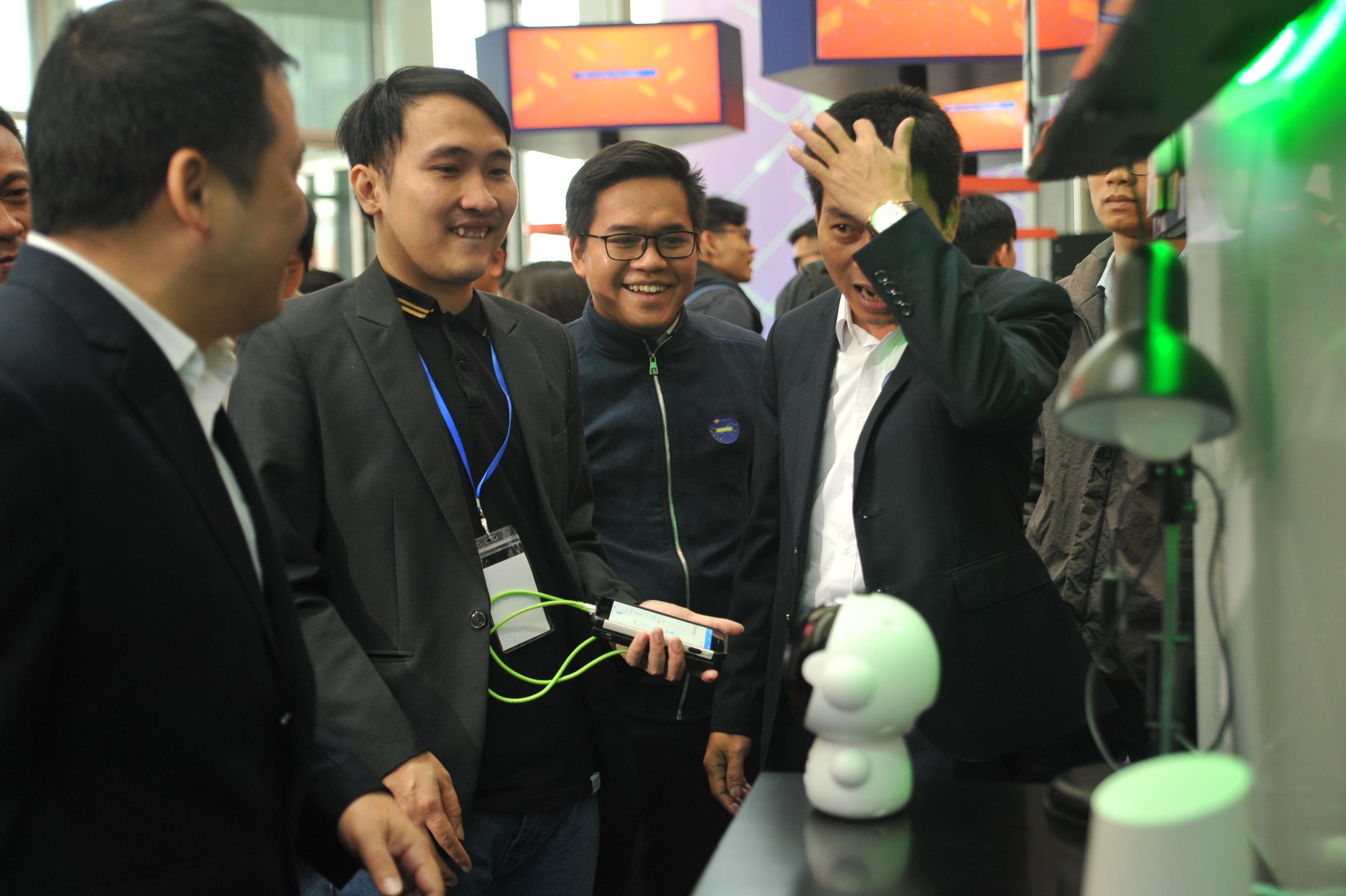 Tại triển lãm công nghệ lần này, FPT cũng ra mắt FPT Play Rogo. Sản phẩm mới không chỉ kết nối với các thiết bị Wi-fi mà còn hợp tác với các đơn vị sản xuất thiết bị thông minh. Từ 2020 các thiết bị của Điện Quang và Rạng Đông cũng có thể sử dụng và kết nối trực tiếp với FPT Play Rogo mà không cần qua thiết bị trung gian. Với nền tảng này, cho phép các doanh nghiệp IoT tại việt nam thâm nhập thị trường dễ dàng hơn thông qua 200.000 sản phẩm FPT Playbox có sẵn trên thị trường.