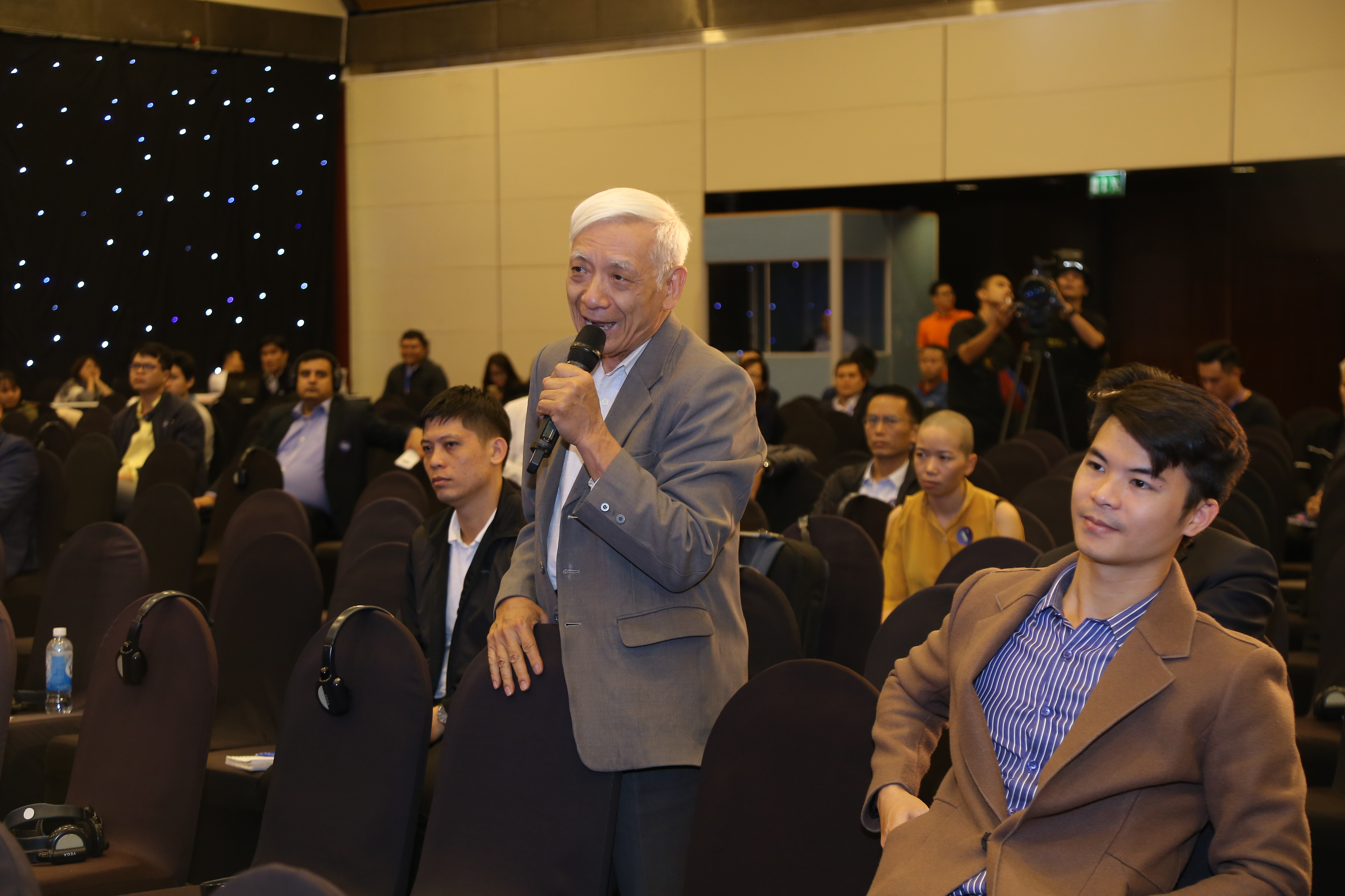 Khách mời tự do đặt câu hỏi cho diễn giả. Trong ảnh, một trong những khách mời lớn tuổi nhất sự kiện quan tâm tìm hiểu về Blockchain của FPT và các doanh nghiệp lớn như Masan tại phiên khởi động thông minh trong quản trị doanh nghiệp.
