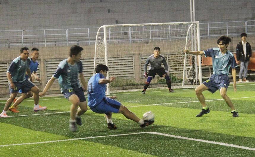 Trận chung kết giữa Chym_DANGSUNG (FIN2 - áo xanh) và Chym_GIA (SSG - áo nâu) diễn ra vào ngày 22/11 tại sân FPT Complex, TP Đà Nẵng. Do quá hiểu nhau nên hai đội đều chọn lối chơi tấn công nhằm sớm tìm kiếm bàn thắng vượt lên dẫn trước.