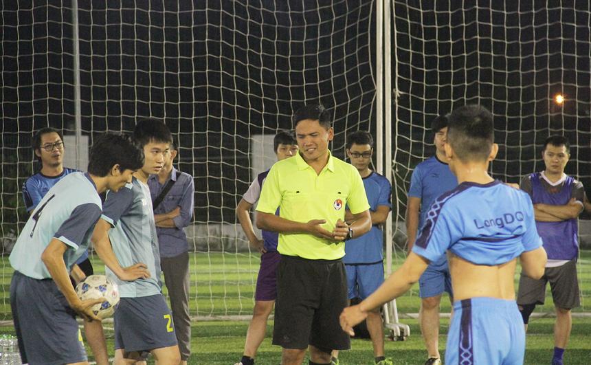 Trọng tài nhiều lần ngắt còi để các cầu thủ giảm bớt những pha vào bóng nguy hiểm. Đội trưởng hai đội cũng nhiều lần phàn nàn về những quyết định củatrọng tài.