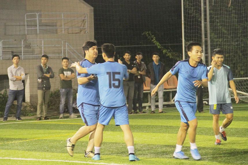 Hiệp 1, SSG là đội ghi bàn mở tỉ số do công của Xuân Trọng ở phút thứ 10. Nhưng đúng 4 phút sau, đội bóng áo xanh ghi liền một mạch hai bàn để dẫn ngược SSG. Niềm vui của các cầu thủ FIN2 sau 20 phút đầu tiên khép lại.