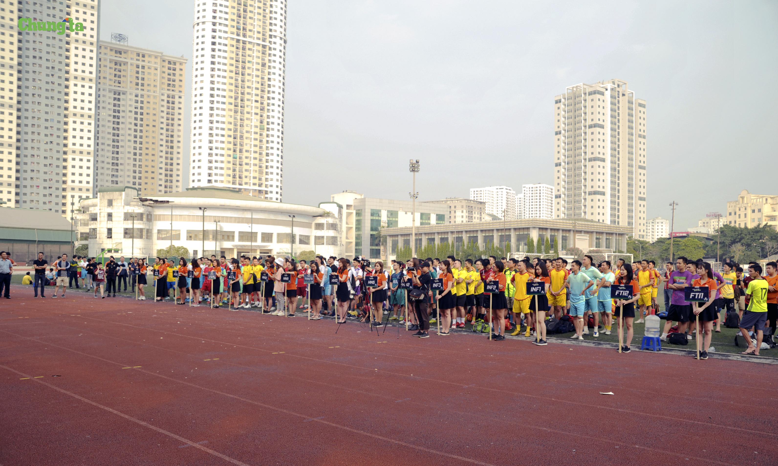 Gần 200 cầu thủ của 16 đội đến từ các đơn vị, phòng, ban của FPT Telecom tham gia cùng nhiều khán giả và lãnh đạo của nhà 'Cáo' đã đến dự, cổ vũ.