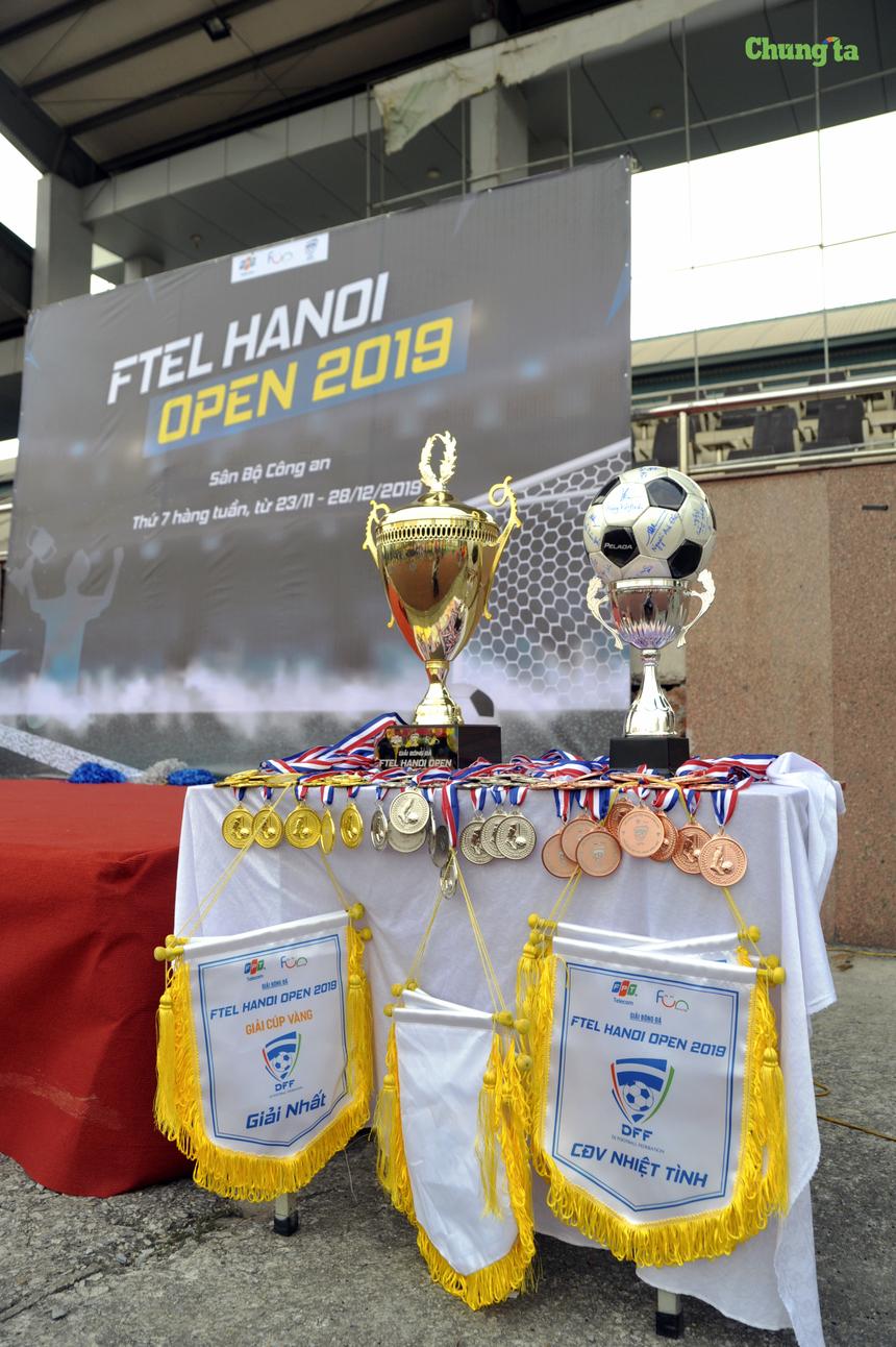 BTC đã chuẩn bị sẵn Cup, huy chương và cờ lưu niệm trưng bày trong ngày khai mạc. Trong đó, điểm nhấn là trái bóng có chữ ký của TGĐ FPT Telecom kiêm Chủ tịch Liên đoàn bóng đá FPT Telecom (DFF) Hoàng Việt Anh cùng nhiều lãnh đạo của nhà 'Cáo'. Về thể thức thi đấu, giải bóng đá FTEL Hanoi Open 2019 áp dụng hình thức đấu sân 7 người, không áp dụng luật việt vị. Tại vòng bảng, mỗi bảng có 4 đội đá vòng tròn. BTC giải chọn ra 2 đội Nhất, Nhì mỗi bảng vào đá tứ kết. 4 đội thắng ở vòng tứ kết tiếp tục tranh tài ở bán kết Cup Vàng; 4 đội thua đá Cup Bạc.