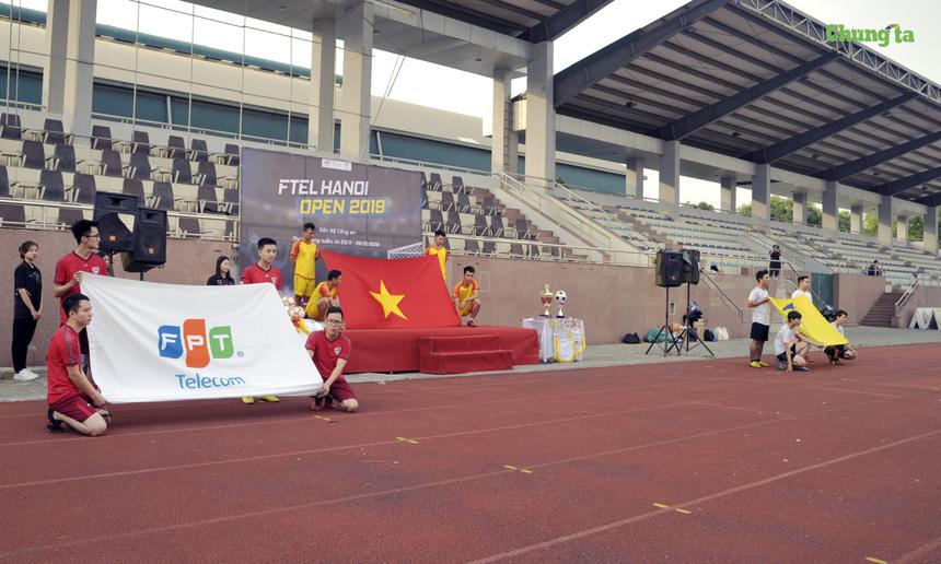 Diễn ra trên sân Bộ Công An, 379 Nghiêm Xuân Yêm, Thanh Trì, Hà Nội, nghi thức chào cờ khai mạc giải đấu được BTC thực hiện trang nghiêm cùng với cờ Tổ quốc, cờ FPT Telecom và cờ Liên đoàn bóng đá FPT Telecom (DFF).