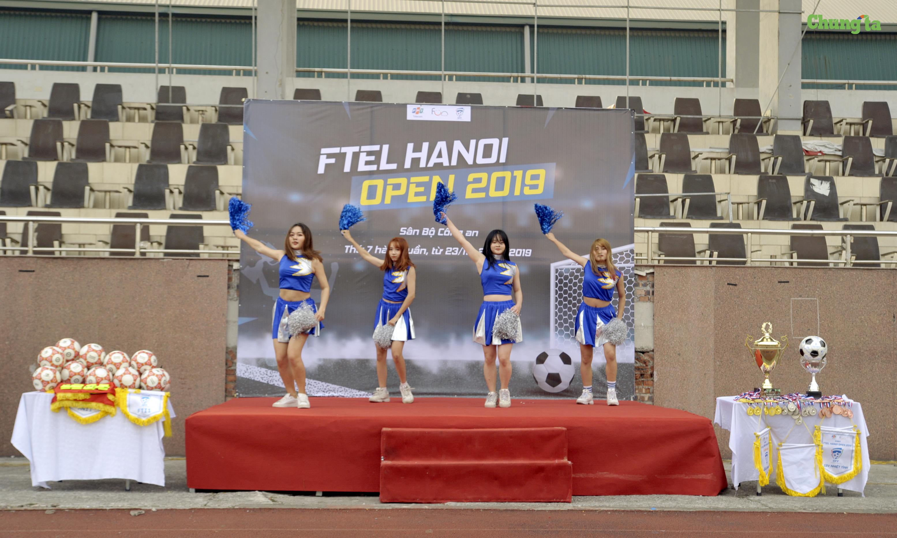 Tiết mục nhảy sexy dance nóng bỏng của các cô gái đến từ câu lạc bộ nghệ thuật FPT Telecom đã góp thêm vào bầu không khí sôi động của buổi lễ.