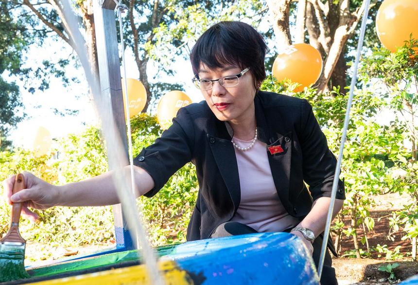 Cảm nhận được sự khó khăn và thiếu thốn của học sinh nhà trường, bà Nguyễn Thị Mai Phương, Ủy viên thường trực Ủy ban Pháp luật Quốc hội, cảm kích FPT đã đến và hỗ trợ kịp thời cho các em về dụng cụ học tập cũng như khu vui chơi. Bà cho rằng đây là hoạt động hết sức ý nghĩa của FPT.