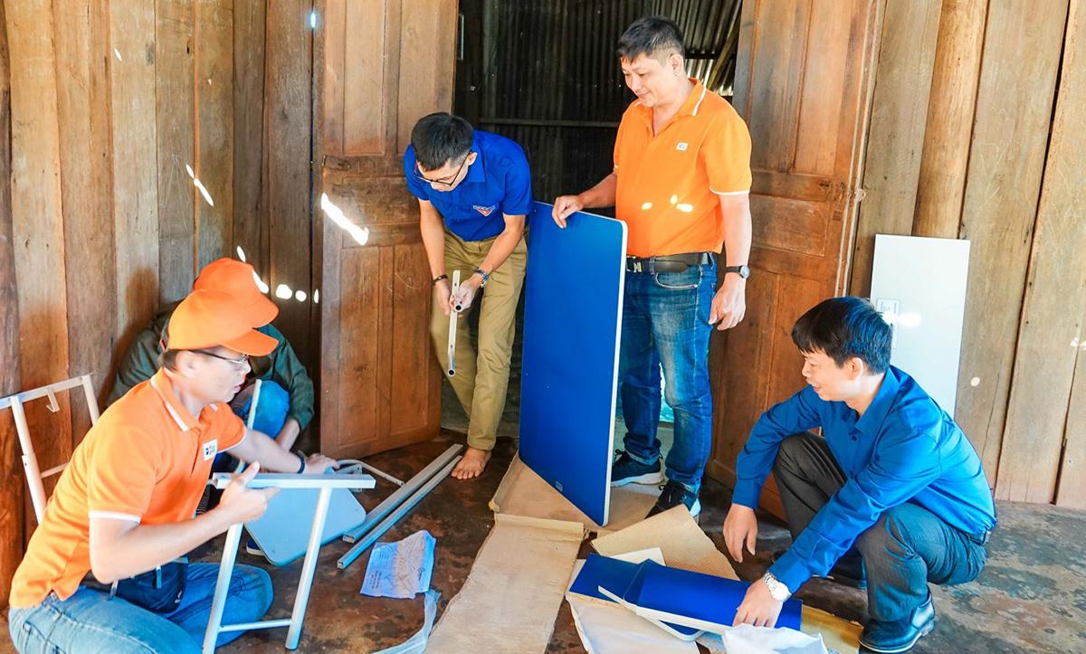 Đồng hành cùng đoàn thiện nguyện FPT còn có các thanh niên tình nguyện tại tỉnh Gia Lai. Mọi người cùng nhau lắp ráp 20 góc học tập để trao tận tay các em học sinh có điều kiện khó khăn.