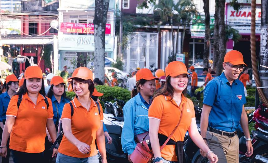 Hơn 30 thanh niên tình nguyện địa phương cùng 80 người FPT còn tham gia hoạt động đi bộ nhằm tái hiện những khoảnh khắc đáng nhớ của dự án FoxSteps.