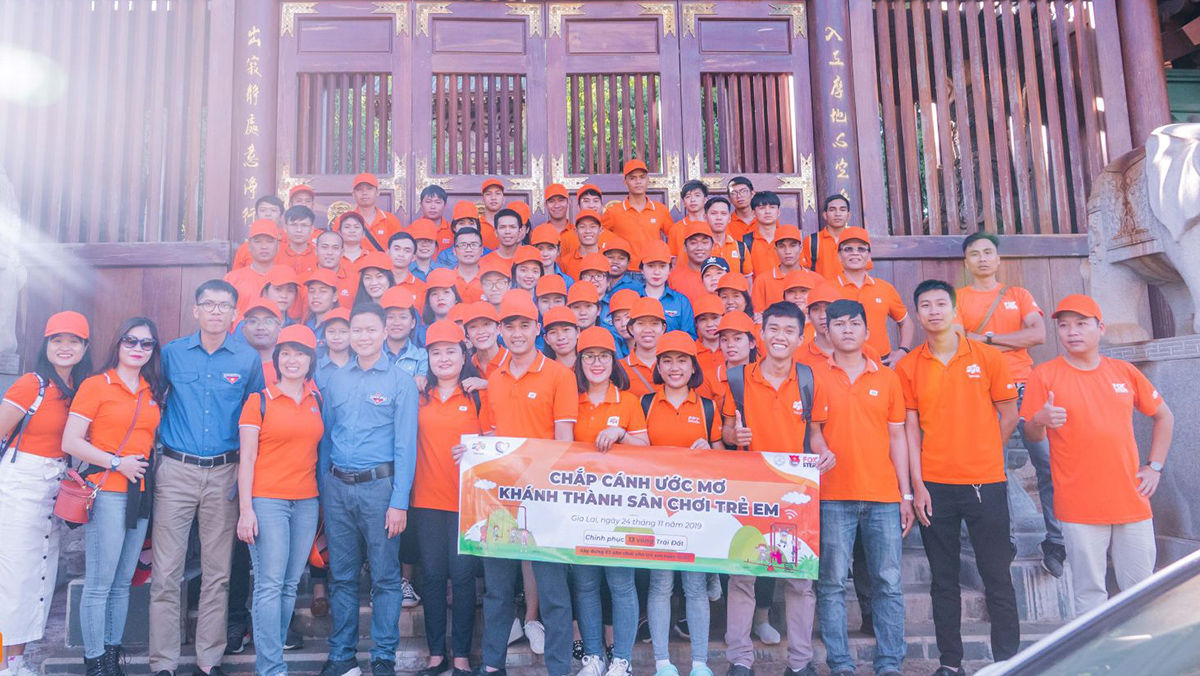 """Sân chơi được xây dựng từ FoxSteps - chiến dịch của FPT Telecom nhằm mục đích lan toả những cảm hứng sống tích cực tới từng cán bộ nhân viên, đồng thời đồng hành cộng đồng chung tay vì tuổi thơ trọn vẹn của trẻ em Việt Nam. Theo đó, 10.000 người thuộc công ty sẽ đi bộ liên tục trong vòng 31 ngày, nhằm chinh phục 13 vòng Trái đất - tương đương 520.000 km. Trong khi đó, """"Chắp cánh ước mơ"""" là chương trình được thực hiện thường niên của FPT, với mong muốn giúp cho các em có điều kiện học tập thật tốt. FPT sẽ dành tặng những món quà là góc học tập, tủ sách, bộ máy tính và sân chơi vui chơi trẻ em..."""