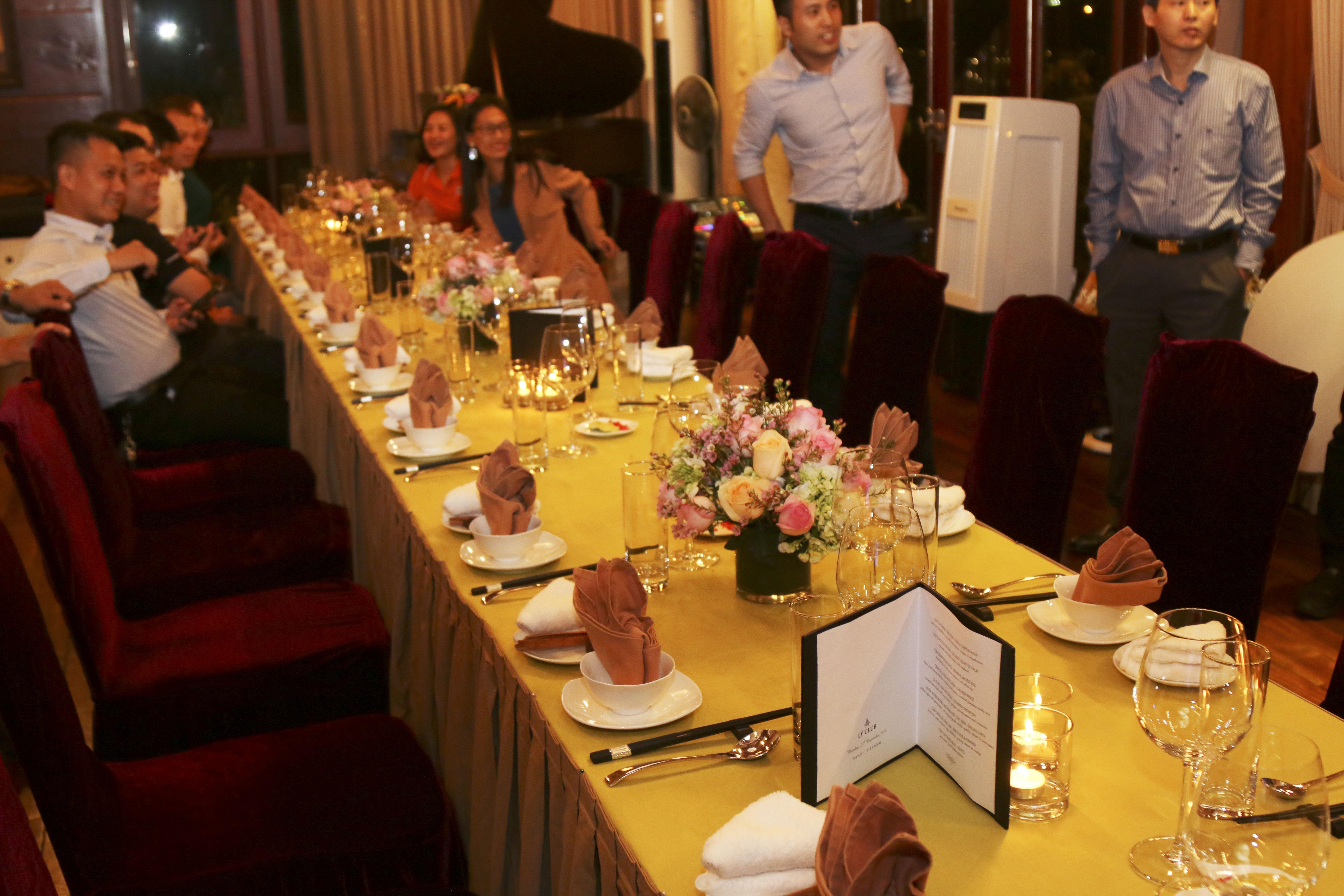 """18h45, """"Hội Leng Keng"""" gồm 8 đại diện tiêu biểu của quý III cùng 5 cá nhân OKR quý trước có mặt tại tư gia của Chủ tịch FPT Trương Gia Bìnhđể gặp gỡ và ăn tối. Như hai lần trước, sự kiện lần này diễn ra tại căn phòng đậm phong cách Bắc bộ của người đứng đầu nhà F."""