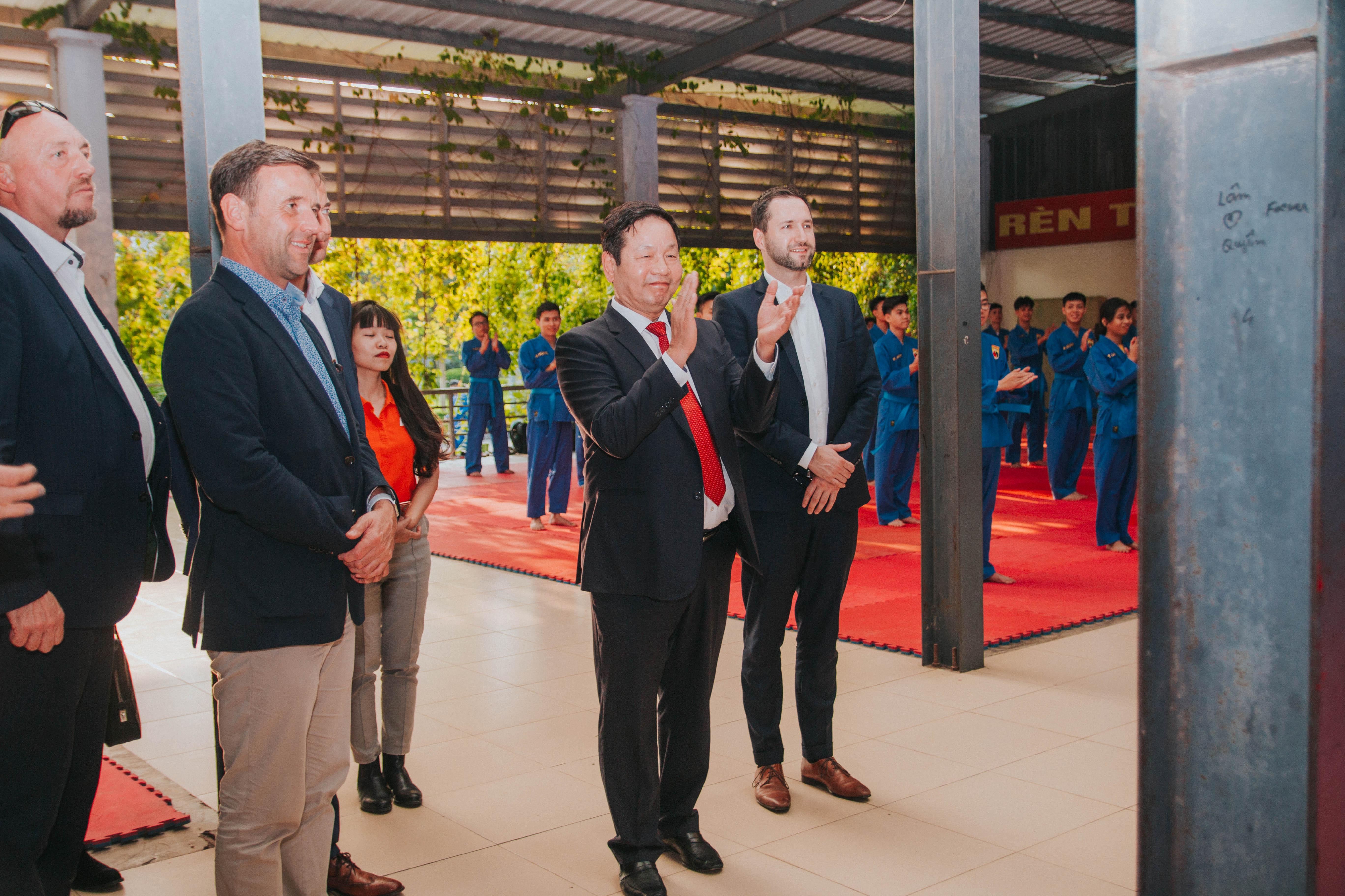Chủ tịch FPT Trương Gia Bình dẫn đầu đoàn thăm ĐH FPT. Điểm đến đầu tiên là khu học võ Vovinam, nơi có gần 200 học viên mặc võ phục chuẩn bị bước vào buổi tập.