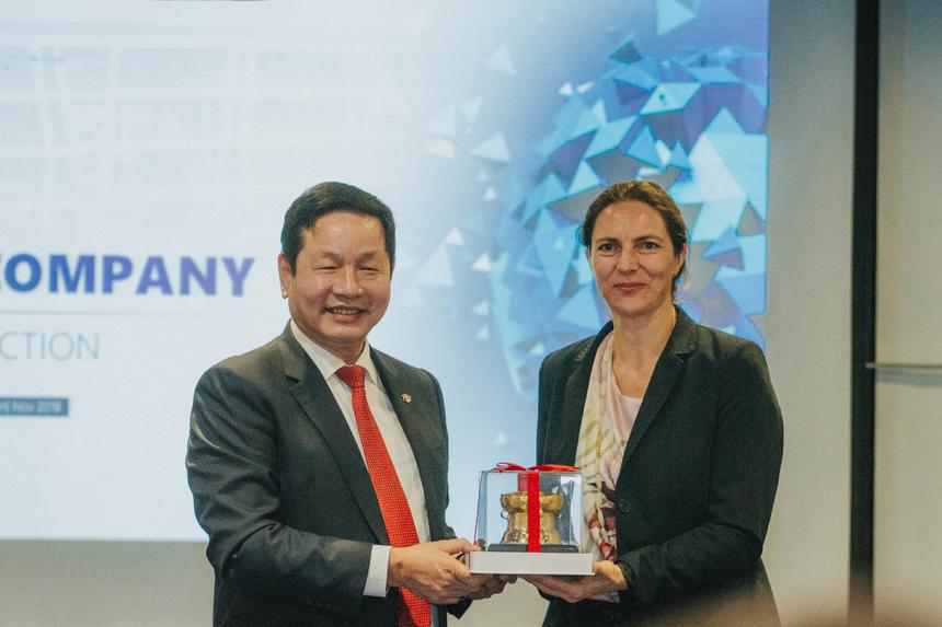 Kết thúc chuyến thăm FPT, Chủ tịch FPT gửi món quà đến OAV, là biểu tượng trống đồng. Đây là món quà ý nghĩa đại diện cho văn hóa truyền thống hàng nghìn năm của Việt Nam.