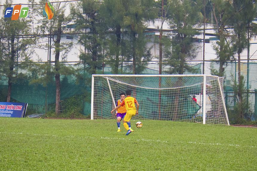Sau nhiều tình huống tấn công hỏng ăn từ hai bên cánh, FPT IS cũng có bàn thắng mở tỉ số ở phút 27 do công của Nguyễn Quang Sang.