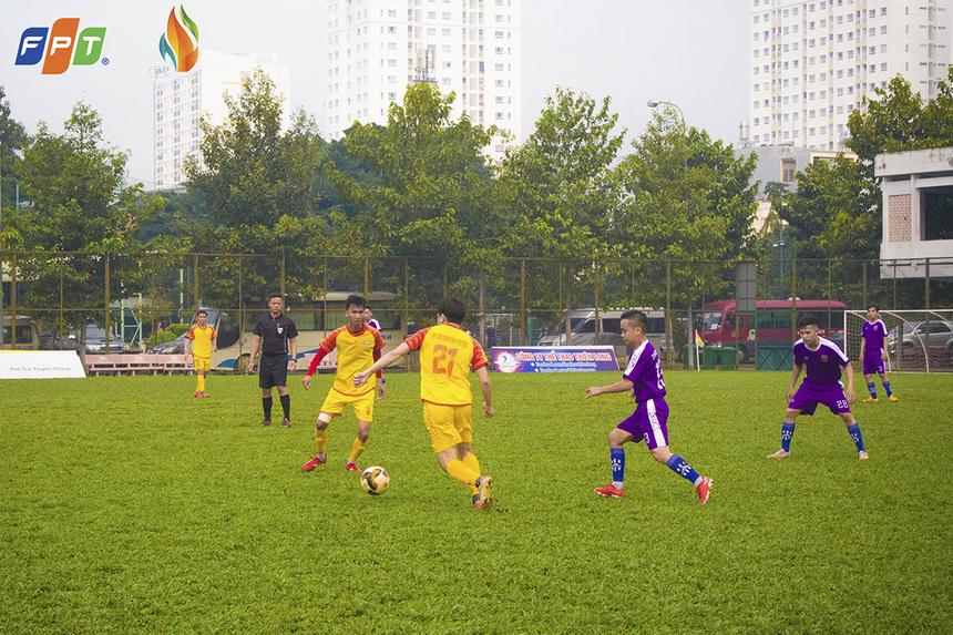 Đội bóng áo vàng tiếp tục kiểm soát thế trận ở những phút sau đó nhờ hàng tiền vệ thi đấu gắn kết. FPT IS có bàn nhân đôi cách biệt chỉ 10 phút sau đó do công của Phạm Hưng Việt. Đó cũng là tỉ số cuối cùng của hiệp 1.