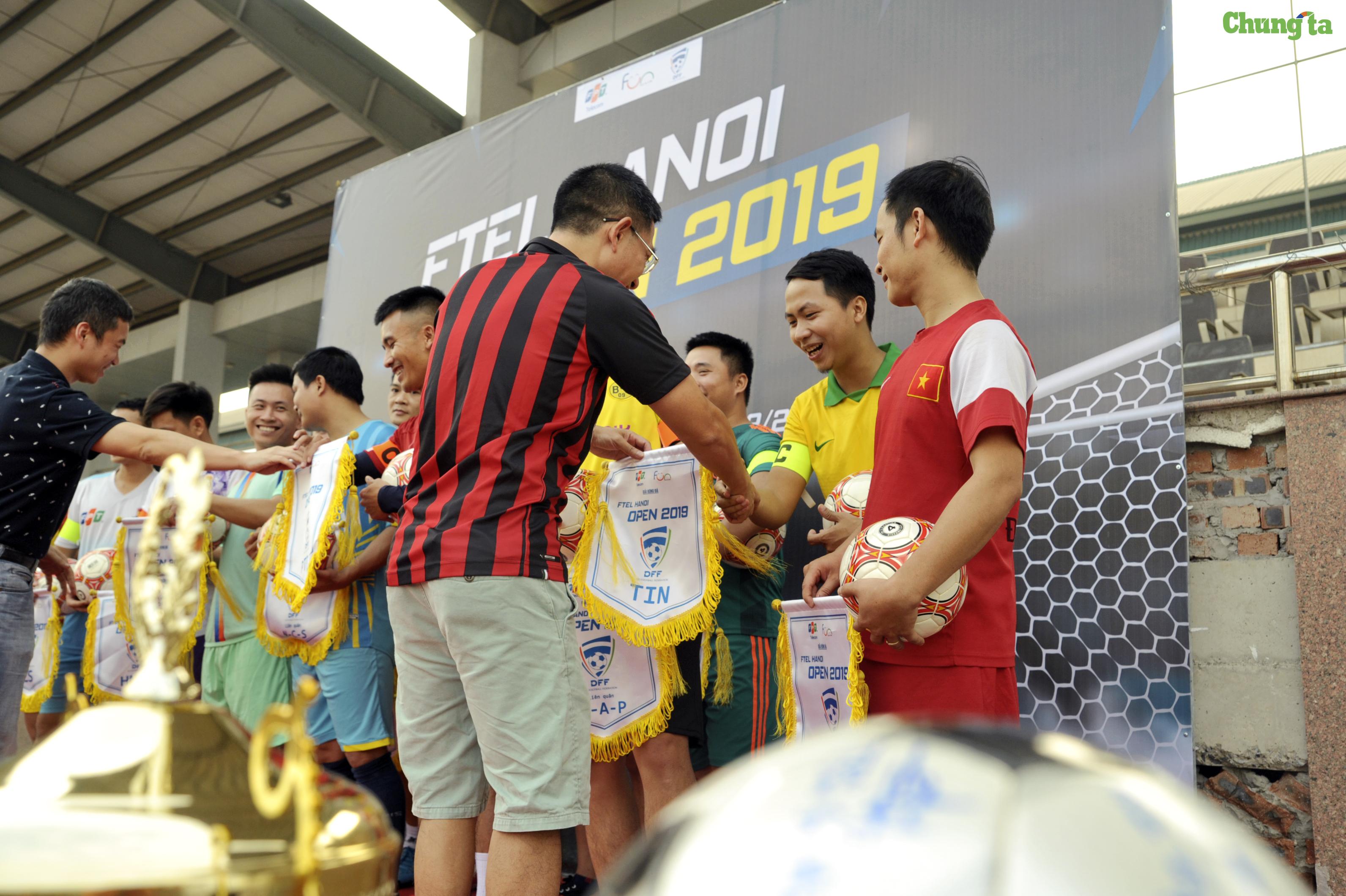 Sau phần tuyên bố khai mạc giải đấu của Trưởng BTC -anhNguyễn Anh Đức - lần lượt các nghi thứctuyên thệ của cầu thủ và đại diện tổ trọng tài, Ban tổ chức cùng trao cờ lưu niệm và bóng thi đấu cho đội trưởng của 16 đội tranh tài.