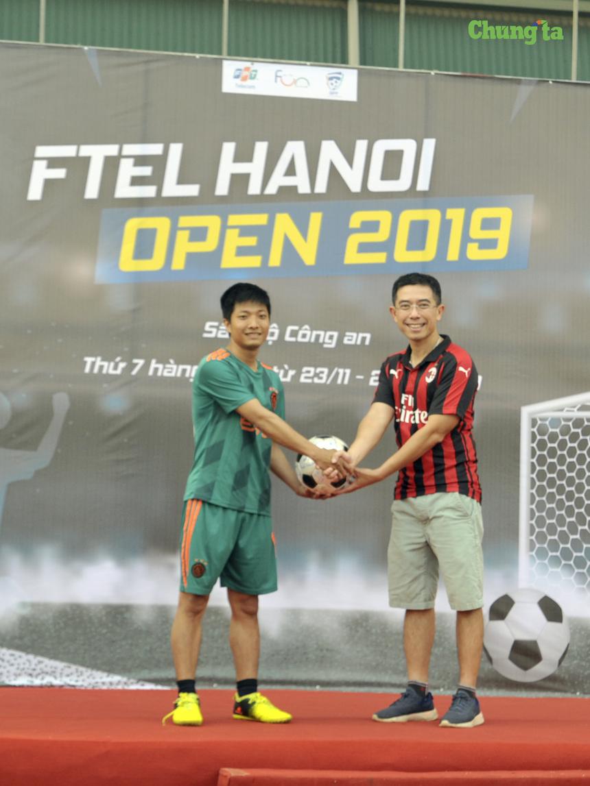 Anh Hoàng Việt Anh (bên phải), TGĐ FPT Telecom trao trái bóng có chữ ký của anh cùng BTC giải đấu và lãnh đạo các đội tham dự cho đại diện đội HN5 khi xuất sắc vượt qua 15 đối thủ giành quán quân phần thi tâng bóng.