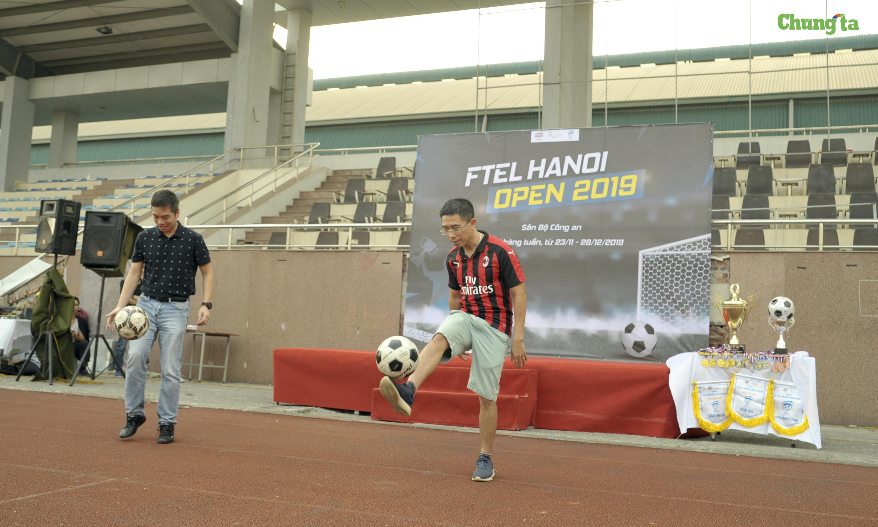 Ngay sau đó là màn trổ tài tâng bóng khích lệ cầu thủ củaanh Hoàng Việt Anh (bên phải), TGĐ FPT Telecom vàanhNguyễn Anh Đức, GĐ Kinh doanh Vùng 1, FPT Telecom.