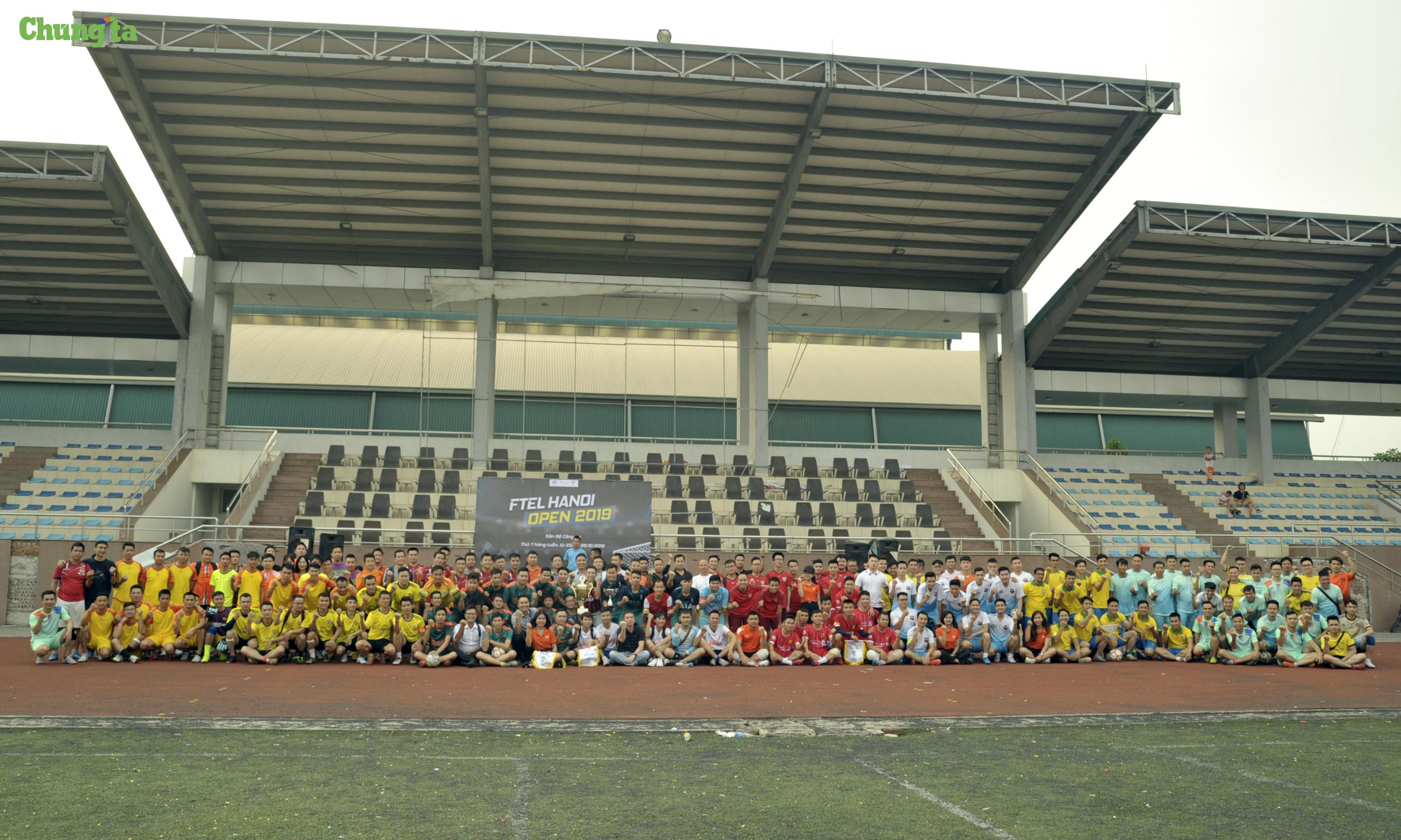 Gần 200 cầu thủ cùng ban huấn luyện của 16 đội chụp ảnh lưu niệm cùngTGĐ FPT Telecom và BTC giải đấu. Cùng với đó là lượng khán giả cổ vũ đông đảo của mỗi đội đã tạo nên con số ấn tượng về số người tham gia và đồng hành giải đấu năm nay.