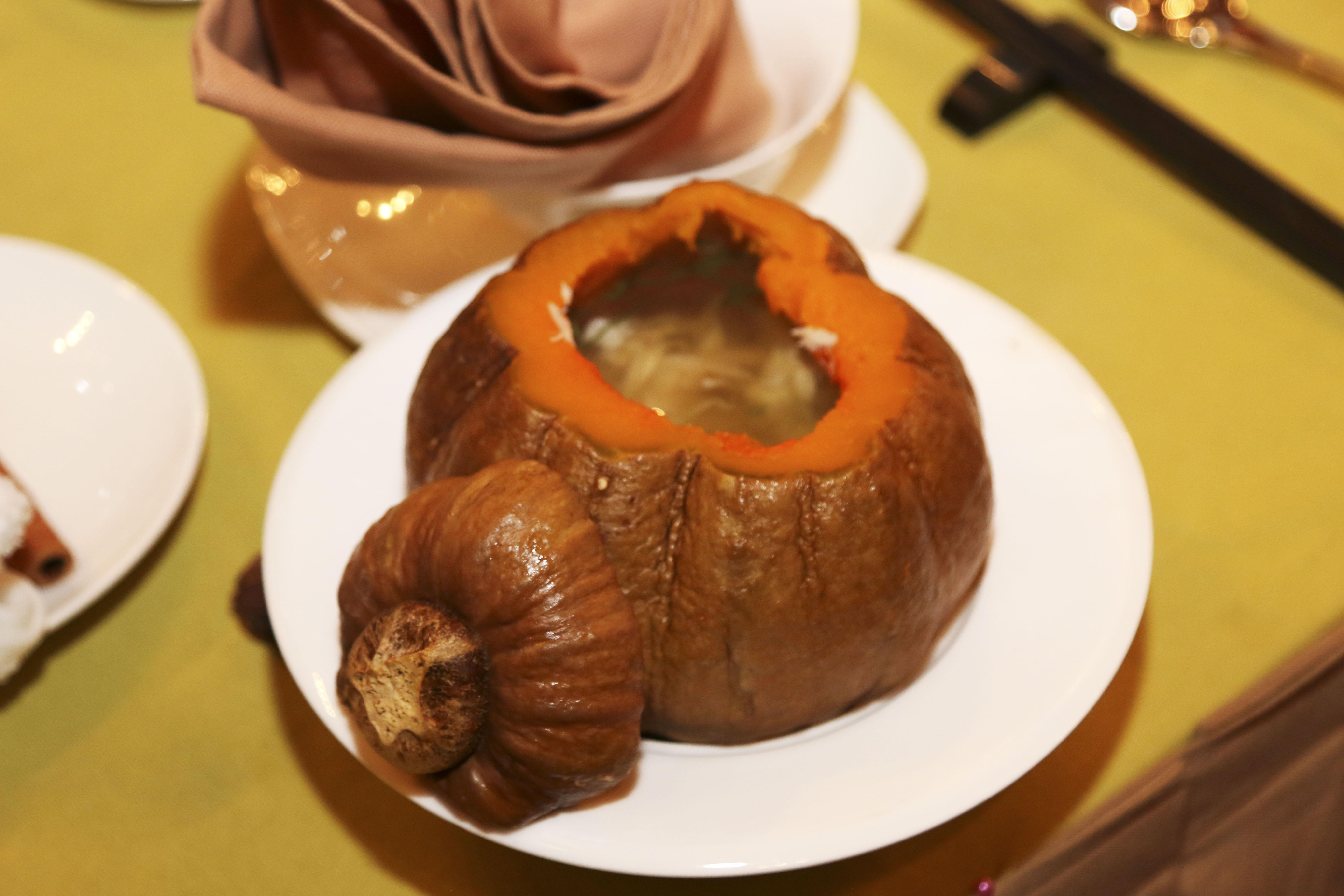 """Trong hương thơm của hoa, sự lung linh của nến, súp bí đỏ hải sản ấm nóng là món đầu tiên được mang ra chiều lòng thực khách. Đây cũng là món gây ấn tượng nhất với các thành viên OKR xuất sắc quý III. Anh Trần Tiến Điệp - Trưởng nhóm R&D FIS Bank PB1 - thích thú với súp này: """"Mọi thứ đều rất tròn đầy. Tiết trời se lạnh của Hà Nội thật hợp với món khai vị""""."""