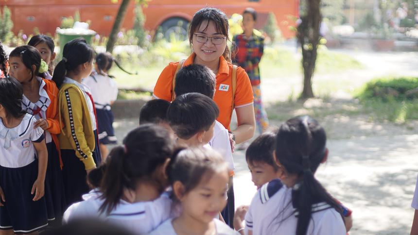 Quỹ Người FPT vì cộng đồng ra đời từ năm 2014, đã nhận được sự ủng hộ tích cực của đông đảo CBNV FPT. Từ số tiền quyên góp, CBNV đã trao tặng nụ cười cho các em bé bị sứt môi, hở hàm ếch; giúp đỡ người FPT gặp những căn bệnh hiểm nghèo; hỗ trợ cho các vùng thiên tai, các trường học khó khăn; chắp cánh ước mơ cho trẻ tới trường, tặng sách, máy tính, dụng cụ học tập; sơn sửa hàng trăm mái ấm cho những gia đình khó khăn.