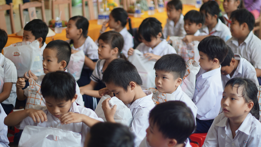 Huyện Tri Tôn, An Giang, nằm ở phía tây tỉnh An Giang, nơi có đường biên giới với Campuchia. Đa số người dân ở đây sống bằng nghề nông thuế thu nhập rất thấp, các bé học sinh tại trường đa số sống cùng ông bà, cha mẹ đều đi làm công nhân ở Bình Dương hoặc Đồng Nai. Trường tiểu học B Tà Đảnh là trường nằm ngay tỉnh lộ 941 nhưng sân trường lại thấp hơn mặt đường chính nên cứ vào mùa mưa là bị ngập, bùn lầy nhiều, gây khó khăn cho việc di chuyển vô lớp học của các bé.