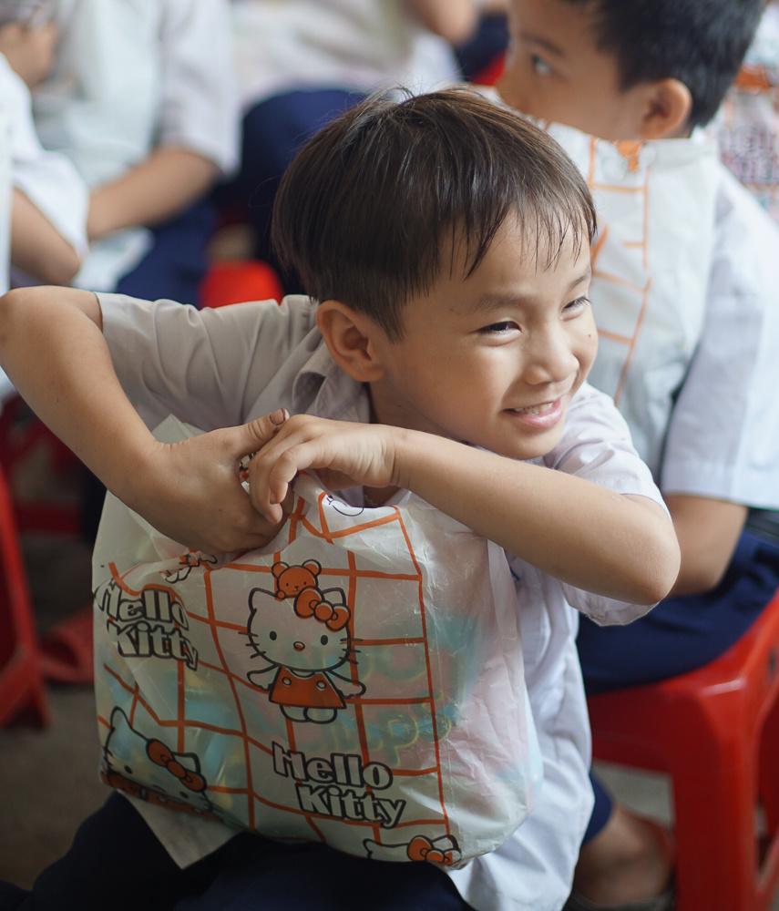 Nụ cười của học sinh khi nhận quà từ các cô chú áo cam.