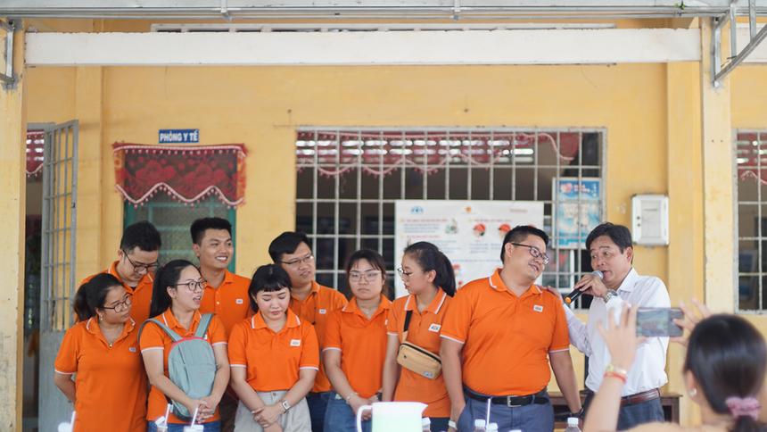 Đại diện nhà trường cảm ơnBan Văn hóa - Đoàn thể (FUN) FPT Software HCM.
