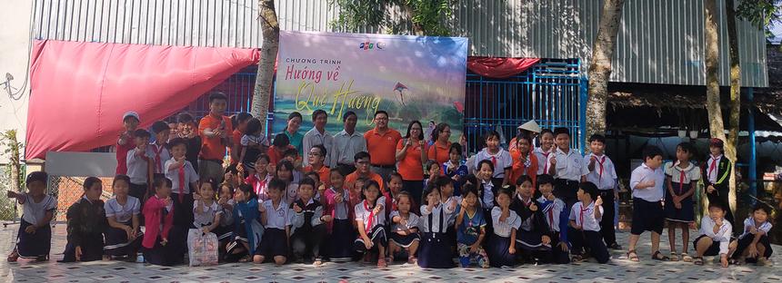 Trường tiểu học Tân Phú B, huyện Châu Thành, tỉnh Bến Tre cũng là một ngôi trường vẫn còn rất nhiều em học sinh có hoàn cảnh khó khăn. Ngoài việc học, có nhiều em còn phải cùng với cha mẹ đi mưu sinh kiếm sống qua ngày nên việc học của các em không được suôn sẻ cũng như không dư giả để trang bị đầy đủ những dụng cụ học tập.