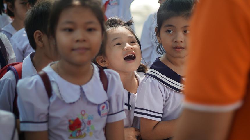 Một công trình sân chơi đã được hoàn thành, 10 góc học tập, 3 tủ kính và sách tham khảo cho thư viện trường, 3 bộ máy tính, và 300 phần quà với tổng trị giá 80 triệu đồng đã được trao tận tay các em học sinh nghèo nơi đây.
