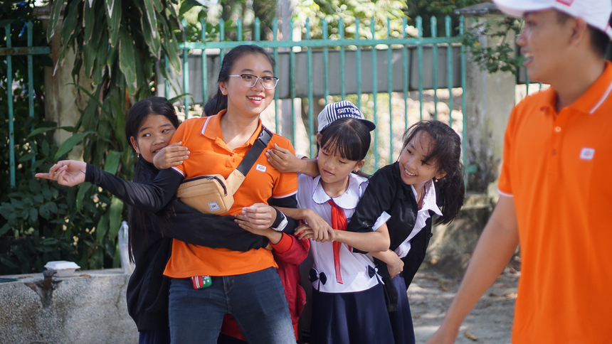 Không chỉ trao tặng các phần quà, tại 2 trường học đặc biệt này, đoàn còn dành thời gian giao lưu, tổ chức vui chơi cho các em nhỏ. Theo chị Bùi Thị Hương Trang (BCM.ICE), những tiếng cười giòn tan, những gương mặt hạnh phúc của các em bé, sự hiếu khách, thân thiện của các thầy cô nơi đây đã xua tan cảm giác mệt mỏi sau một chuyến đi dài của các thành viên trong đoàn. Đó cũng là nguồn động lực lớn lao để mọi người cùng nhau cố gắng, tham gia và tổ chức được nhiều chuyến đi ý nghĩa như thế này hơn.