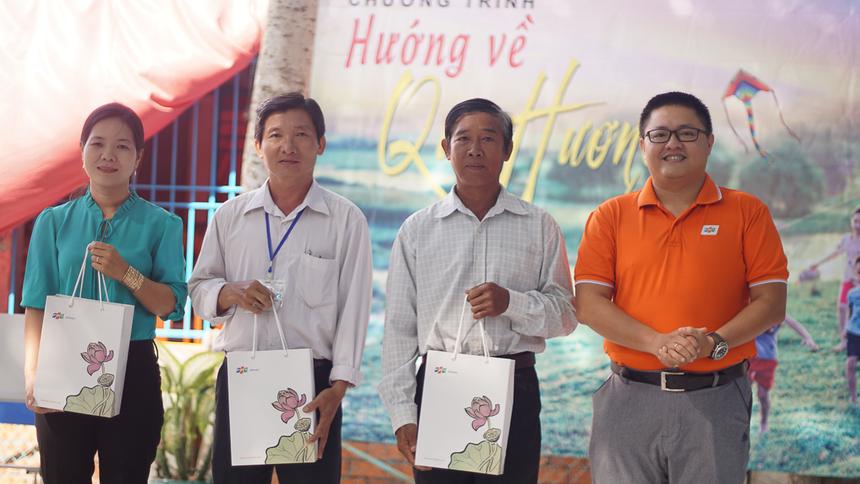 Trưởng Ban Văn hóa - Đoàn thể FPT Software Trần Minh Trí tặng quà Ban giám hiệu trường.