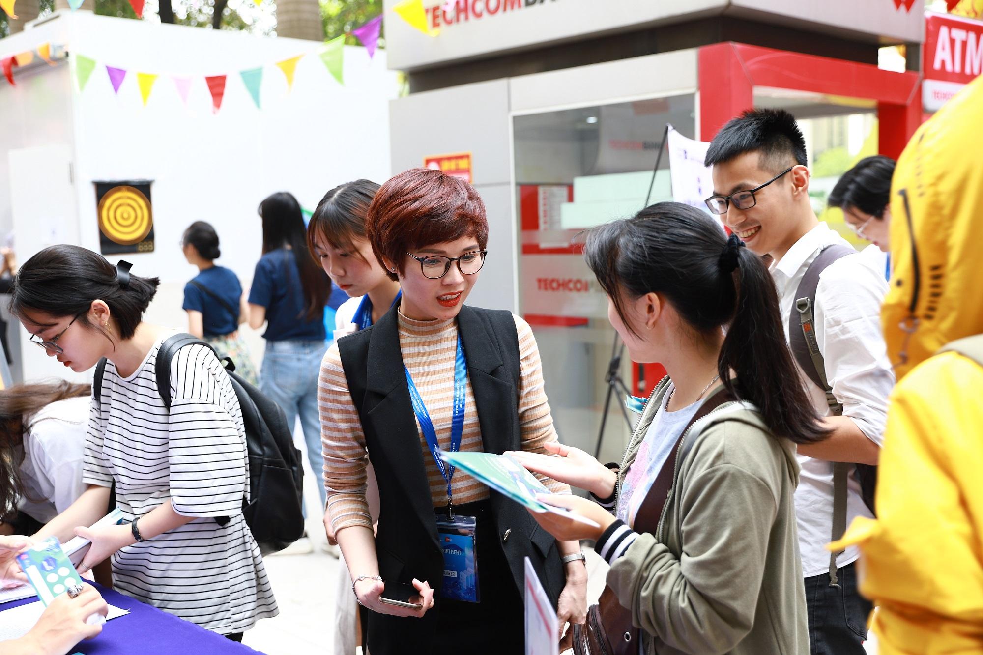 Tham gia sự kiện từ sớm, nhiều sinh viên đã chủ động hỏi thông tin tuyển dụng của các doanh nghiệp.