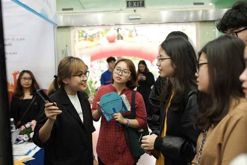 Đặc biệt, sinh viên ĐH Greenwich Việt Nam còn có cơ hội phỏng vấn trực tiếp và nhận được lời mời từ nhiều công ty thành viên FPT như FPT IS, FPT Software, Viện Quản trị và Kinh doanh FSB.