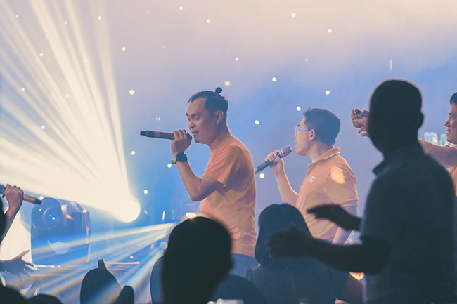 """Các lãnh đạo nhà """"Cáo"""" cũng nhau hát nhiều ca khúc STCo. Đêm Gala cũng khép lại ngày làm việc đầu tiên của Hội nghị lãnh đạo FPT Telecom 2020. Ngày thứ 2, chương trình bắt đầu bằng màn chia sẻ của anh Nguyễn Thành Nam và chủ đề FPT Camera."""