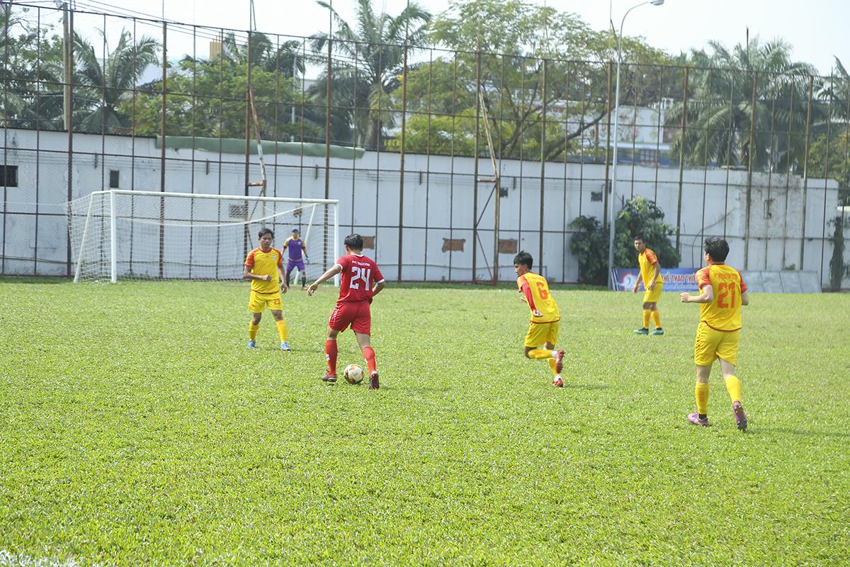 Tâm điểm của vòng đấu này là màn so tài giữa hai đội bóng giàu thành tích nhất của giải: FPT Telecom (đỏ) và FPT IS (vàng). Vì quá hiểu nhau nên hai đội bóng nhập cuộc khá thận trọng. Tuy nhiên, sau một phút lơ là, FPT IS bị thủng lưới ở phút thứ 6 với pha ghi bàn của số 24 Lê Trung Hậu.