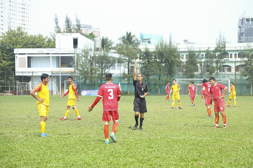 Càng về cuối trận đấu càng căng thẳng, cầu thủ Nguyễn Diên Tẫn nhận thẻ vàng sau tình huống ham bóng. FPT IS vẫn miệt mài tấn công tìm kiếm bàn gỡ.