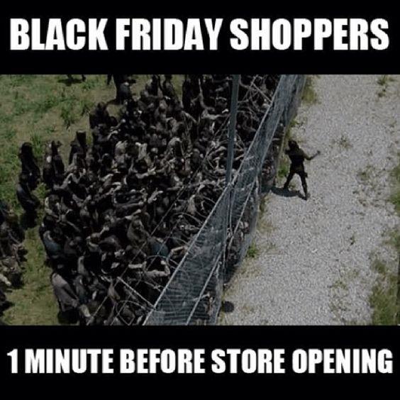 Một phút trước khi mở cửa hàng khuyến mãi, hàng đống khách hàng như những xác sống đã chờ sẵn.