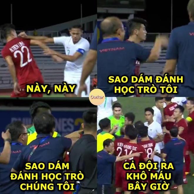 Hình ảnh các cầu thủ cùng ban huấn luyện tuyển Việt Nam đứng ra bảo vệ khi Tiến Linh khi bị cầu thủ đối phương khiêu khích...