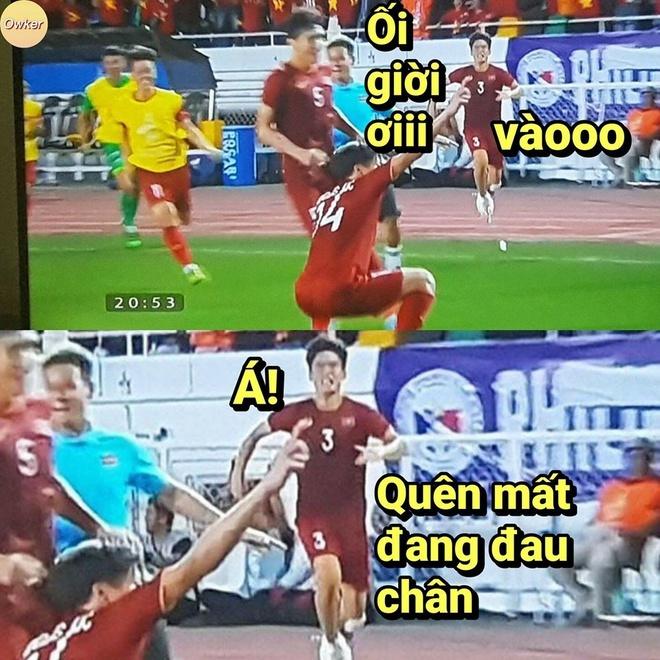 Tấn Sinh lao vào ăn mừng chiến thắng với đồng đội dù trước đó vừa bị chấn thương.