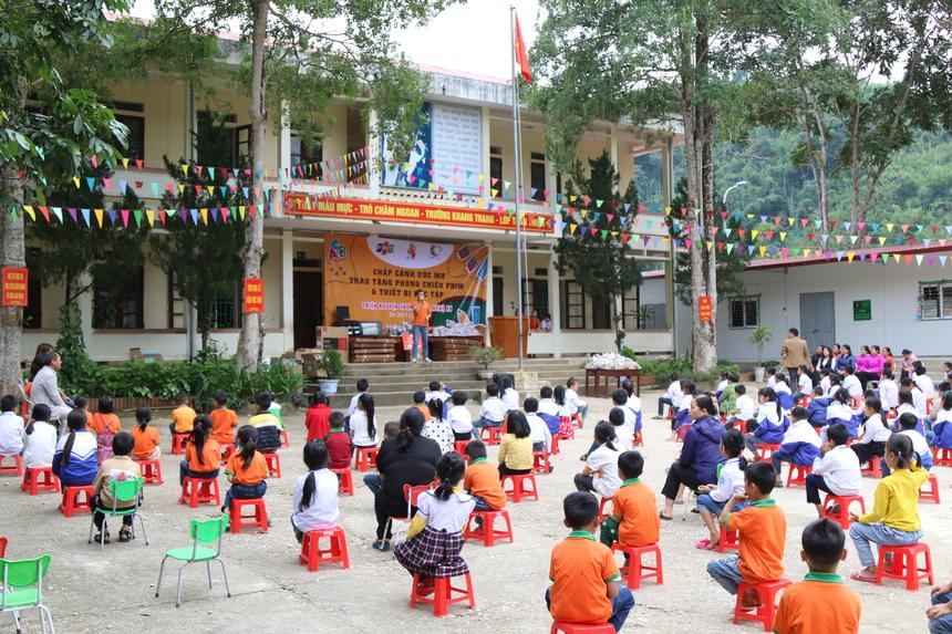 Trường Tiểu học Na Mèonằm ngay biên giới Việt - Lào, chịu ảnh hưởng nặng nề từ sau trận lũ hồi tháng 8. Hơn 70 học sinh đã bị lũ cuốn phăng; khu nhà ở của giáo viên, các phòng học, phòng chức năng cũng như toàn bộ trang thiết bị, đồ dùng dạy học của học sinh, giáo viên... cũng bị sập và trôi theo lũ.