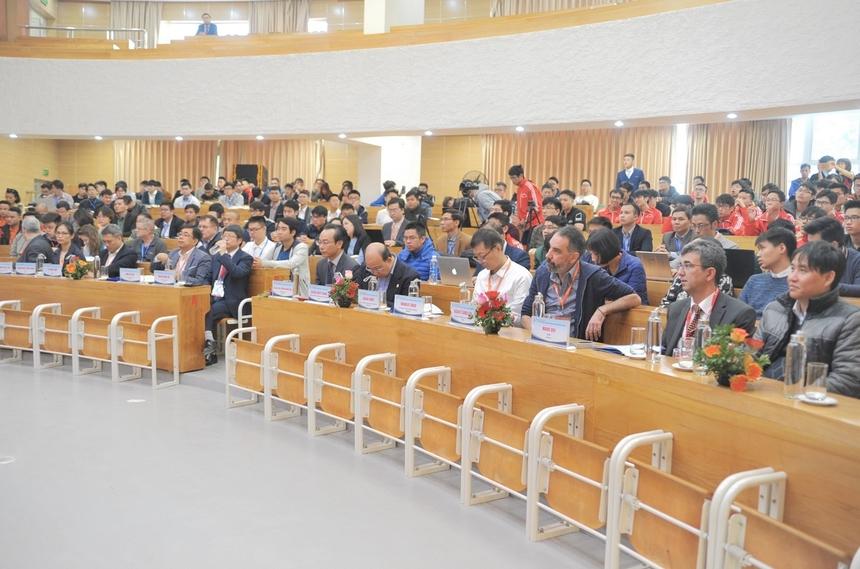 """Hội nghị buổi sáng gồm 4 bài diễn thuyết của các keynote speakers (diễn giả chính), đa số đều là diễn giả quốc tế. Ông Hanan Samet (Đại học Maryland, Mỹ) đã trình bày về """"Đọc tin tức bằng bản đồ thông qua khai thác từ đồng nghĩa không gian"""". Ông Kim In Soo (Chủ tịch Trung tâm Nghiên cứu và Phát triển Samsung) chia sẻ """"Thành tựu của Samsung về AI và giới thiệu các xu hướng công nghệ"""". Ông Wanlei Chou (Đại học Công nghệ Sydney, Australia) diễn thuyết chủ đề """"Tăng cường bảo vệ quyền riêng tư thông qua quyền riêng tư khác biệt"""". Khép lại hội nghị buổi sáng, ông Lê Nhân Tâm (CTO IBM Việt Nam) bàn về """"Phương pháp kỹ thuật mô hình để di chuyển dịch vụ điện toán đám mây trong quản lý multi-cloud""""."""